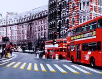 马路上的红色双层巴士影楼背景图片
