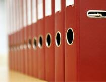 桌上整齐的红色文件夹局部摄影图片