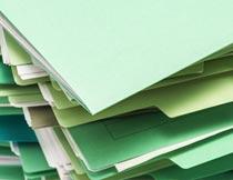 叠在一起的绿色文件夹特写摄影图片
