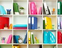 书架上各种彩色的文件夹摄影图片