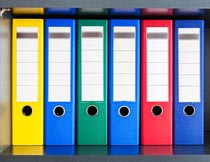 书柜上整齐的彩色文件夹摄影图片