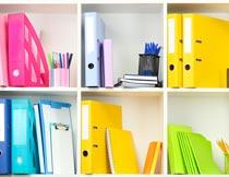 书架上彩色的办公用品特写摄影图片