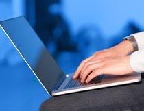 双手打电脑工作的商务男人摄影图片