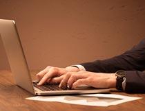 坐着电脑办公的商务男人摄影图片