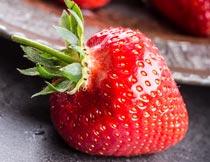 盘子里洗净的草莓局部特写摄影图片