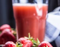 现榨的新鲜草莓果汁饮料摄影图片