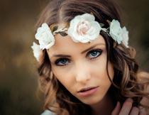 戴花环的卷发美女模特局部摄影图片