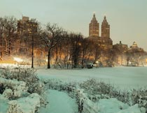 白雪皑皑的城市建筑夜景摄影图片