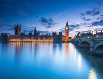 蓝天下的伦敦建筑湖面夜景摄影图片