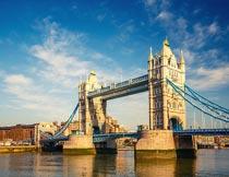 蓝天下的伦敦塔桥建筑设计摄影图片