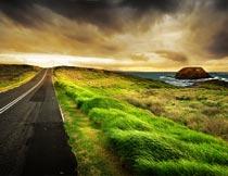 海边延伸的柏油公路风光摄影图片