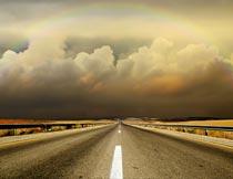 道路彩虹与厚厚的云层风光摄影图片