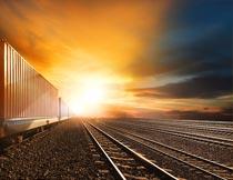 轨道上行驶的集装箱运输车摄影图片
