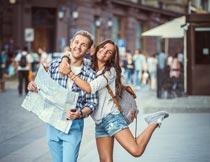 街道上开心看地图的情侣摄影图片