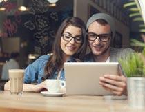 喝咖啡笔记本上网的情侣摄影图片