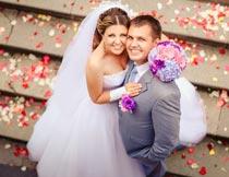 台阶上开心拥抱的婚纱新人摄影图片