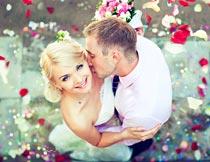 浪漫的花瓣婚纱新人俯拍摄影图片