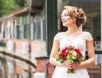 拿红色玫瑰捧花的婚纱新娘摄影图片