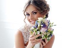 双手捧着花束的优雅新娘摄影图片