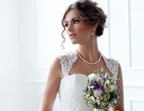 拿着花束美丽的婚纱新娘摄影图片