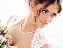 拿着花束扭送看的婚纱新娘摄影图片