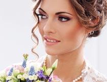 开心拿着花束的婚纱新娘摄影图片