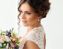 拿着花束优雅的婚纱新娘摄影图片