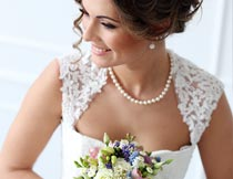 拿着鲜花笑容灿烂的新娘摄影图片