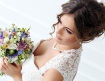 拿着鲜花的婚纱新娘俯拍摄影图片