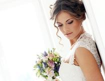靠在门板上俯视的新娘特写摄影图片