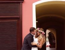 开心拥抱的甜蜜婚纱新人摄影图片