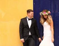 门前甜蜜浪漫的婚纱新人摄影图片