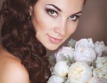 捧着花束的美丽卷发新娘摄影图片