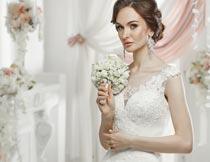 拿花束的美丽白色婚纱新娘摄影图片