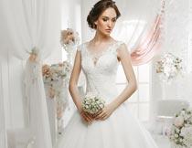 双手拿花束的美丽婚纱新娘摄影图片