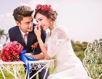 拿花束幸福甜蜜的情侣婚纱摄影图片