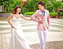 街道上手挽手的情侣婚纱摄影图片