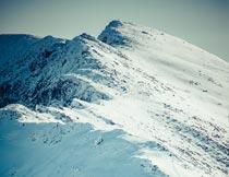 高山上的雪地自然美景摄影图片