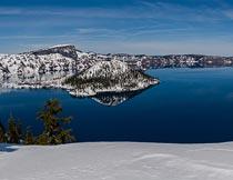 树木雪山与湖泊风光全景摄影图片