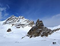 蓝天下的雪域山峰自然美景摄影图片