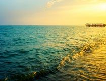 夕阳下唯美的蓝色大海风光摄影图片