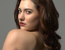 露出肩头的性感美女模特摄影图片