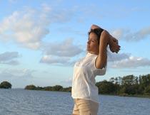 站在沙滩上看海的长腿美女摄影图片
