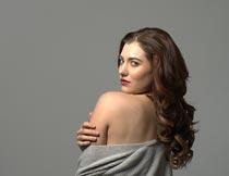 露出肩膀的性感卷发美女摄影图片