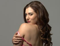 露出肩背的性感卷发美女摄影图片