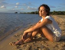 坐在沙滩上看海的美女模特摄影图片
