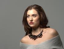 戴项链露肩的性感红唇美女摄影图片