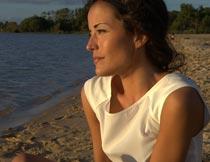 坐在沙滩上看海的欧美名模摄影图片