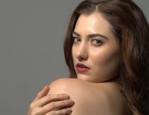 抱肩膀扭头的性感美女模特摄影图片