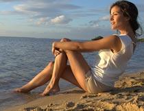 坐在海边沙滩上的美女模特摄影图片